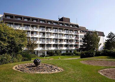 Hoch über der romantischen Moselweinstadt Bernkastel-Kues liegen in dem heilklimatischen Kurort Kueser Plateau die MEDIAN Rehakliniken. Die Klinik Burg Landshut ist zu sehen.